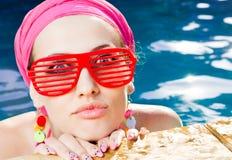 красивейшая красная женщина солнечных очков Стоковые Изображения