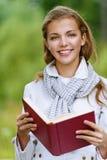 Красивейшая Красная книга чтения женщины стоковое фото rf