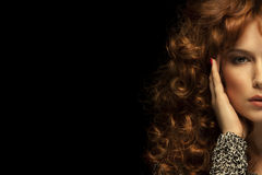 красивейшая красотка eyes портрет состава девушки естественный волнистое волос красное Черная предпосылка Стоковые Изображения