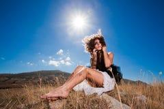 красивейшая курчавая мечтательная женщина гор Стоковые Фотографии RF