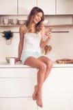 красивейшая кухня девушки Стоковое фото RF
