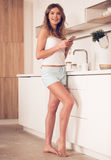 красивейшая кухня девушки Стоковое Изображение RF