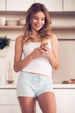 красивейшая кухня девушки Стоковая Фотография RF