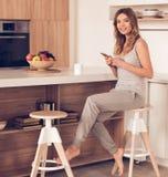 красивейшая кухня девушки Стоковые Изображения RF