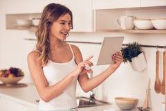 красивейшая кухня девушки Стоковое Фото