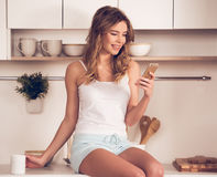 красивейшая кухня девушки Стоковое Изображение