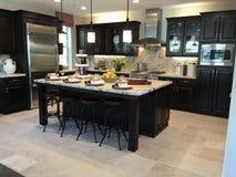 красивейшая кухня самомоднейшая Стоковые Фотографии RF