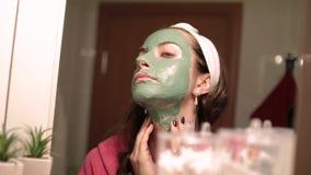 красивейшая лицевая женщина маски Терапия спа для молодой женщины получая лицевую маску видеоматериал