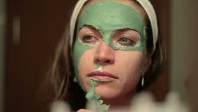 красивейшая лицевая женщина маски Терапия спа для молодой женщины получая лицевую маску сток-видео