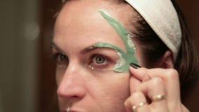 красивейшая лицевая женщина маски Терапия спа для молодой женщины получая лицевую маску акции видеоматериалы