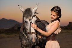 красивейшая лошадь девушки стоковое изображение rf