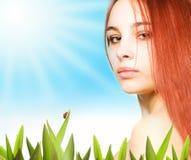 красивейшая лужайка девушки Стоковые Фото