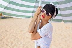 Красивейшая маленькая девочка в ретро взгляде с красными губами в белом sw Стоковые Фото