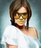 красивейшая модель Портрет стороны изолированные стекла греют на солнце белизна Стоковая Фотография RF