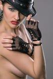 красивейшая модель шлема перчаток топлесс Стоковые Изображения
