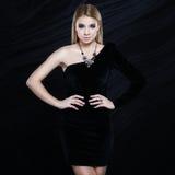 Красивейшая модная блондинка в черном платье Стоковое Изображение RF