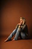 Красивейшая молодая белокурая женщина сидя barefoot Стоковые Изображения