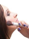Красивейшая молодая женщина брюнет прикладывая порошок с щеткой стоковые изображения