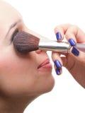 Красивейшая молодая женщина брюнет прикладывая порошок с щеткой стоковая фотография rf