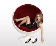 Красивейшая молодая женщина лежа в ch Стоковая Фотография