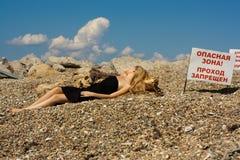 Красивейшая молодая женщина около моря Стоковое Изображение RF