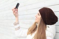 Красивейшая молодая женщина с мобильным телефоном Стоковые Фотографии RF