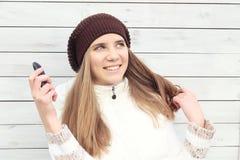 Красивейшая молодая женщина с мобильным телефоном Стоковое Изображение