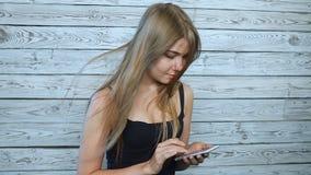 Красивейшая молодая женщина с мобильным телефоном сток-видео