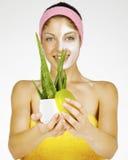 Красивейшая молодая женщина с алоэ vera Стоковое Фото
