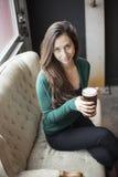 Красивейшая молодая женщина держа кружку пива Стоковая Фотография RF