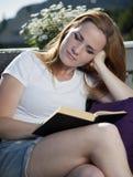 Красивейшее чтение женщины Стоковое Изображение RF