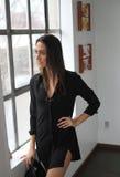 Красивейшая молодая женщина с волосами и глазами Брайна Стоковые Фотографии RF