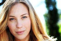 Красивейшая молодая женщина outdoors стоковые фотографии rf