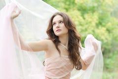 Красивейшая молодая чувственная женщина с белым silk шарфом Стоковые Изображения