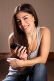 красивейшая наслаждаясь женщина счастливого телефона нот франтовская Стоковое Фото