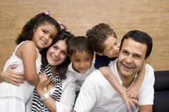красивейшая наслаждаясь семья совместно Стоковые Изображения