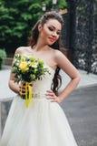 Красивейшая невеста держа букет Стоковая Фотография