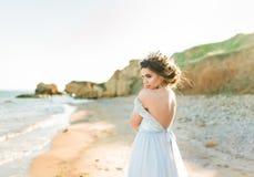 красивейшая невеста outdoors Стиль причёсок свадьбы и составляет Стоковые Изображения RF