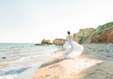 красивейшая невеста outdoors Стиль причёсок свадьбы и составляет Стоковая Фотография RF