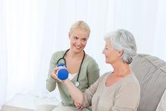 Красивейшая нюна помогая ее пациенту стоковая фотография