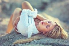красивейшая ослабляя женщина стоковая фотография rf