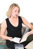 красивейшая планируя делая домашняя женщина тягл Стоковые Изображения