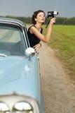 Красивейшая повелительница с ретро киносъемочным аппаратом стоковое фото