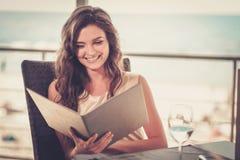 Красивейшая повелительница в ресторане стоковая фотография