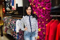 Красивейшая покупка женщины в магазине одежды Стоковое Изображение RF