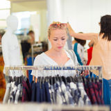 Красивейшая покупка женщины в магазине одежды Стоковое фото RF