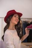 Красивейшая покупка женщины в магазине одежды Стоковые Фото