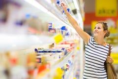 Красивейшая покупка молодой женщины для продуктов дневника на бакалее Стоковая Фотография