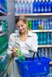 Красивейшая покупка молодой женщины в гастрономе/супермаркете Стоковые Изображения