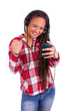 Красивейшая посылка женщины афроамериканца sms на сотовом телефоне стоковое фото